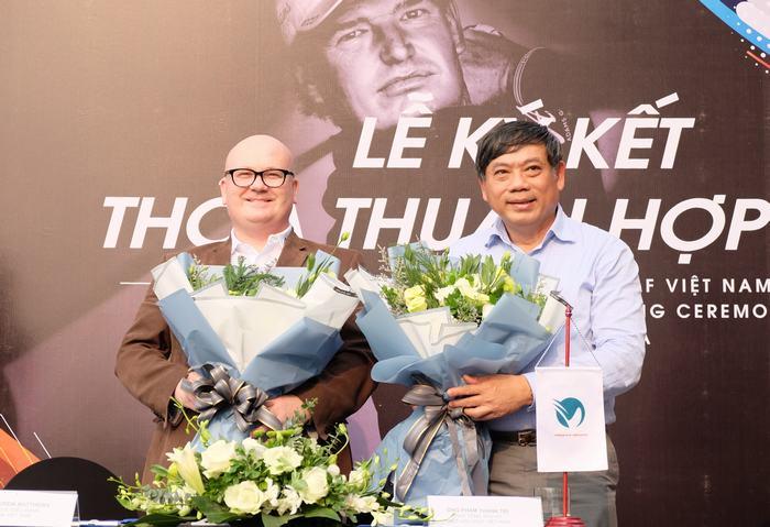 Ông Andrew Matthews – Giám đốc điều hành EPGA (trái) và Ông Phạm Thành Trí – Phó Tổng Thư Ký Hiệp Hội Golf Việt Nam