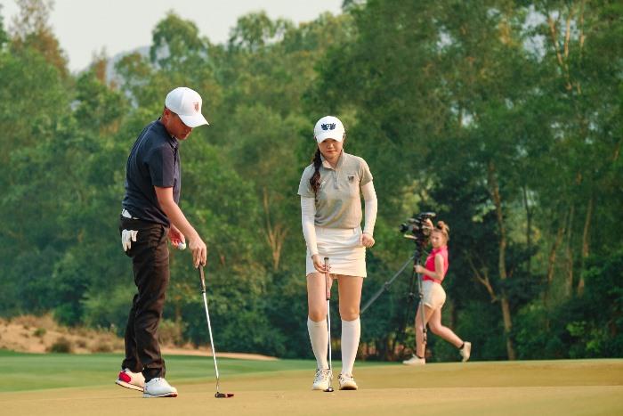 Chen Ting-yu và Chang Hsin-chiao chuẩn bị putt trong trận play off